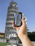 De toerist steunt cameratelefoon bij Leunende Toren van Pisa Stock Afbeelding