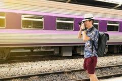 De toerist van Azië neemt een foto en een reis door de trein royalty-vrije stock afbeeldingen