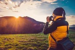 De toerist van de aardfotograaf in bergen stock afbeelding