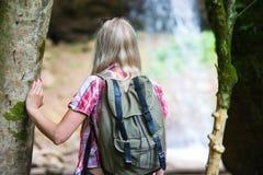 De toerist van de blondevrouw met rugzak Royalty-vrije Stock Foto