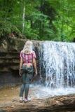 De toerist van de blondevrouw met rugzak Stock Fotografie