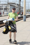 De toerist van de fiets met rugzak het lopen Stock Afbeelding