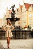 De toerist van de maniervrouw openlucht op stadsstraat stock foto's