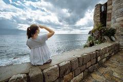 De Toerist van de reisvrouw geniet van de Mening van overzees, Montenegro stock afbeelding
