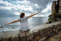 De Toerist van de reisvrouw geniet van de Mening van overzees, Montenegro stock foto's
