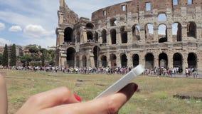 De toerist van de hand het jonge Kaukasische vrouw texting op mooie mening van Europese oude stad met mobiele slimme telefoon stock videobeelden