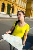 De toerist van het meisje met verloren en vermoeide kaart royalty-vrije stock afbeeldingen