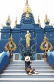 De toerist van de Hipstervrouw is geniet van bezienswaardigheden bezoekend reis binnen gouden northerpoort binnen Oorlog Rong Khu royalty-vrije stock afbeelding