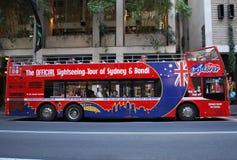 De toerist van Sydney hop-op hop-van bus, die als ` Sydney Explorer die ook ` wordt bekend de excursiediensten door de stad verle royalty-vrije stock foto's