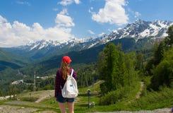 De toerist in de volledige groei bevindt zich rond op de kust dichtbij de bergrivier en het bos stock afbeelding
