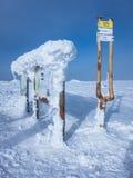 De toerist voorziet in de winter van wegwijzers Royalty-vrije Stock Foto's