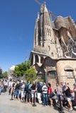 De toerist wacht op ingang van Sagrada Familia Barcelona Spanje Stock Afbeeldingen