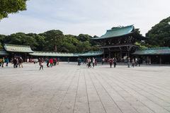 De toerist ziet klassiek houten heiligdom Meiji Shinto Temple in Shibuya Japan Stock Afbeelding