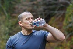 de toerist zit en drinkt water Stock Foto