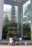 De toeristen bekijken een Boeddhistische structuur - reis en toerisme Royalty-vrije Stock Foto