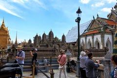 De toeristen bekijken een replica van Angkor Wat Palace in Royal Palace van Bangkok stock afbeeldingen