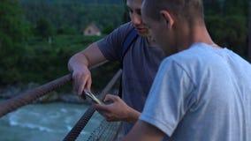 De toeristen bekijken foto's op mobiele telefoon stock video