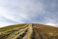 De toeristen beklimmen op de berg Stock Foto