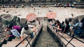 De toeristen beklimmen op de trede stock foto