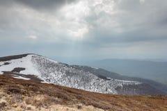 De toeristen beklimmen tot de bovenkant van de berg van Runa in de Karpaten Royalty-vrije Stock Foto's