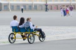 De toeristen berijden driewieler in St. Petersburg Royalty-vrije Stock Afbeelding