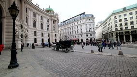De toeristen berijden in een fiakre in oud stadscentrum van Wenen stock footage