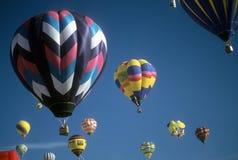 De toeristen berijden hete luchtballons Stock Afbeelding