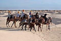 De toeristen berijden op kamelen Stock Afbeelding