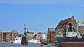 De toeristen berijden op varende reisboot, Gdansk, Polen stock video