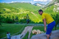 De toeristen berijden op Zipline door de canion van Tara River Stock Afbeeldingen