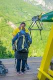 De toeristen berijden op Zipline door de canion van Tara River Stock Fotografie