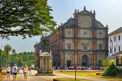 De toeristen bezoeken aan Basiliek van Bom Jesus, Goa, India Royalty-vrije Stock Afbeelding