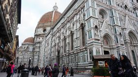 De toeristen bezoeken Basiliekdi Santa Maria del Fiore in Florence Stock Foto's