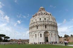 De toeristen bezoeken de Doopkapel van Pisa van St John Stock Fotografie