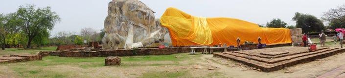 De toeristen bezoeken Doende leunen Boedha van Wat Lokaya Sutha Stock Foto