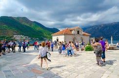 De toeristen bezoeken Eiland Virgin op het Eiland van ertsadergospa od Skrpela in Baai van Kotor, Montenegro Stock Foto