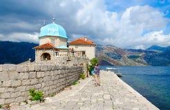 De toeristen bezoeken Eiland Virgin op het Eiland van Ertsadergospa od Skrpela, Montenegro Royalty-vrije Stock Afbeelding