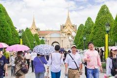 De toeristen bezoeken het Grote Paleis in Bangkok, Thailand Stock Foto's
