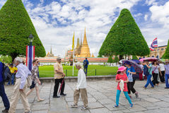 De toeristen bezoeken het Grote Paleis in Bangkok, Thailand Stock Afbeelding