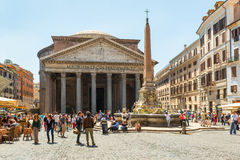 De toeristen bezoeken het Pantheon in Rome, Italië Stock Afbeeldingen