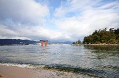 De toeristen bezoeken Itsukushima-Heiligdom op 12 December, 2014 in Miyaji Stock Afbeelding
