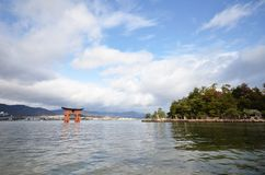 De toeristen bezoeken Itsukushima-Heiligdom op 12 December, 2014 in Miyaji Stock Afbeeldingen