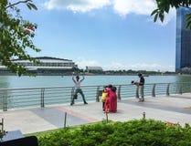 De toeristen bezoeken Marina Bay in Singapore Stock Afbeelding