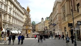 De toeristen bezoeken oud stadscentrum in Wenen stock videobeelden