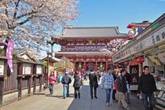 De toeristen bezoeken Sensoji-tempel Stock Foto