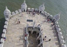 De toeristen bezoeken Torre DE Belém in Lissabon Stock Foto