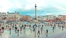 De toeristen bezoeken Trafalgar-Vierkant in Londen Royalty-vrije Stock Foto's