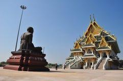 De toeristen bezoeken Wat Khun Inthapramun, Ang Thong Province, Thailan Royalty-vrije Stock Afbeelding