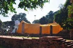 De toeristen bezoeken Wat Khun Inthapramun, Ang Thong Province, Thailan Stock Fotografie