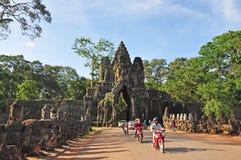 De toeristen bezoeken Zuidenpoort van Angkor Thom Stock Afbeelding